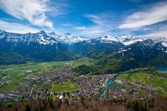 Vue a?rienne stup?fiante au-dessus d'Interlaken et d'Alpes suisses d'un point de vue plus dur de Kulm, Suisse photo libre de droits