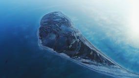 Vue a?rienne stup?fiante d'une ?le en forme de visage avec de grands lacs et de la terre brune fonc?e au milieu de la mer dans le photographie stock