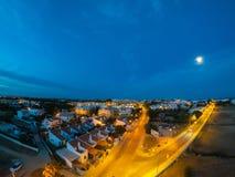 Vue a?rienne sur la ville la nuit, Albufeira, Portugal Rues lumineuses au coucher du soleil photographie stock libre de droits