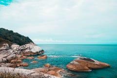 Vue rocheuse de mer de Phangan photos libres de droits