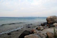 Vue rocheuse du pont de Mackinac Photographie stock libre de droits