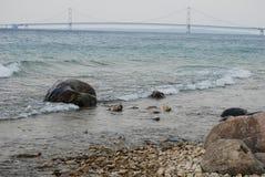 Vue rocheuse du pont de Mackinac Image libre de droits