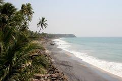 Vue romantique de plage du Kerala avec des paumes dans le premier plan Photographie stock