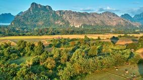Vue rurale aérienne de lever de soleil de vallée de montagne banque de vidéos