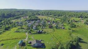 Vue rurale aérienne des maisons dans le counrtyside banque de vidéos