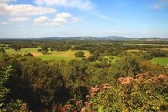 Vue rurale de campagne au-dessus de village anglais Images stock