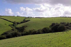Vue rurale de cordon et de ciel verts de ferme Images stock
