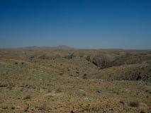 Vue sèche de paysage de panorama de vallée de désert de roche ressemblant à la scène de surface de Mars avec le fond de ciel bleu Photographie stock libre de droits