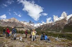 Vue scénique admirative de touristes de bâti Fitz Roy, un des endroits les plus beaux dans le Patagonia, l'Argentine photographie stock libre de droits