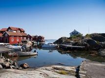 Vue scénique au-dessus de petit port en Suède Photographie stock libre de droits