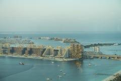 Vue scénique au-dessus de port de marina de Dubaï avec des bateaux et des yachts Image stock