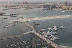 Vue scénique au-dessus de port de marina de Dubaï avec des bateaux et des yachts Images stock