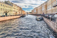 Vue scénique au-dessus de remblai de rivière de Moyka, St Petersburg, Russie Image stock