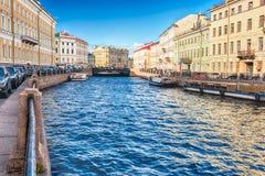 Vue scénique au-dessus de remblai de rivière de Moyka, St Petersburg, Russie Photographie stock libre de droits