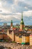 Vue scénique aux toits de Gamla stan et à l'église allemande de Stockholm, Suède Image libre de droits