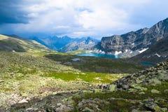 Vue scénique cachée de lac bleu Alla-Askyr Montagnes d'Altai photographie stock libre de droits