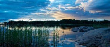 Vue scénique d'un paysage d'océan de coucher du soleil photographie stock libre de droits
