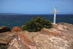 Vue scénique d'une haute falaise au-dessus de la mer bleue de l'île de la Sardaigne photographie stock libre de droits