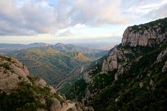 Vue scénique d'une vallée de rivery un jour orageux en Espagne Photos stock