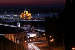 Vue scénique d'une ville de nuit avec la rivière, lumières de ville bâtiments historiques photo libre de droits