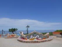 Vue scénique de banc carrelé coloré multi à Lima photos stock