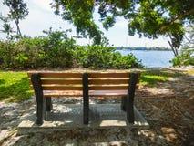 Vue scénique de banc et d'un parc à Naples, la Floride photographie stock libre de droits