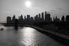 Vue scénique de côté de Brooklyn Heights sur des gratte-ciel de Manhattan au-dessus de l'East River photographie stock libre de droits