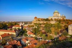 Vue scénique de château royal, de basilique célèbre et de centre de la ville d'Esztergom, Hongrie au jour ensoleillé d'automne photographie stock libre de droits