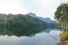 Vue scénique de ciel bleu contre l'eau de lac Photo stock
