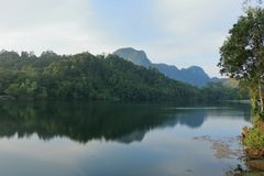 Vue scénique de ciel bleu contre l'eau de lac Images stock