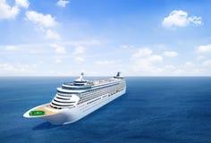 Vue scénique de l'océan avec le bateau de croisière 3D photos stock