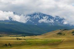 Vue scénique de la chaîne couverte de neige de nord-Chuya dans les montagnes d'Altai pendant l'été, Sibérie, Russie images stock