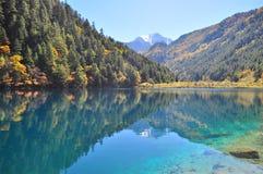 Vue scénique de lac avec le fond montagneux image libre de droits