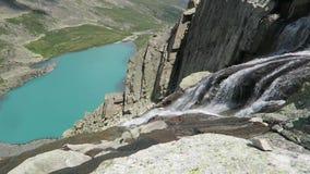 Vue scénique de lac de cascade et de turquoise de montagne d'Akchan Montagnes d'Altai banque de vidéos