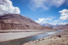 Vue scénique de lac et de montagne contre le ciel Image libre de droits
