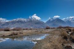 Vue scénique de lac et de montagne contre le ciel Images libres de droits