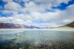 Vue scénique de lac et de montagne contre le ciel Photo libre de droits
