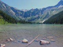 Vue scénique de lac et de glaciers avalanche en parc national Montana Etats-Unis de glacier images stock