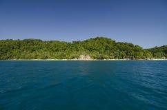 Vue scénique de mer de l'île de Kapas chez Terengganu, Malaisie Fond d'eau de mer claire et de ciel bleu Île rocheuse et ciel nua Photo libre de droits