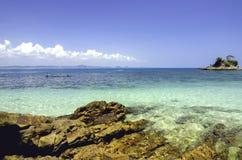 Vue scénique de mer de l'île de Kapas chez Terengganu, Malaisie Fond d'eau de mer claire et de ciel bleu Photos stock