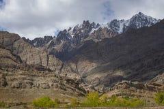 Vue scénique de montagne de sable avec le bord de la route de ciel nuageux sur le chemin au monastère Ladakh, Inde de Hemis Photo stock