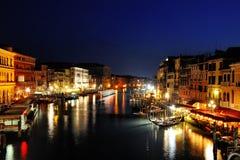 Vue scénique de nuit de canal grand de Venise, Italie images stock