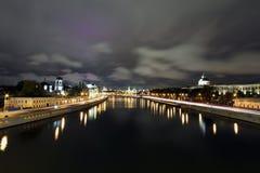 Vue scénique de nuit de la rivière de Moskva image libre de droits
