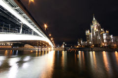 Vue scénique de nuit du pont au-dessus de la rivière de Moscou Photos libres de droits