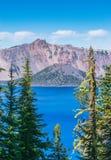 Vue scénique de parc national de lac de cratère le jour ensoleillé, Orégon, Etats-Unis Photographie stock