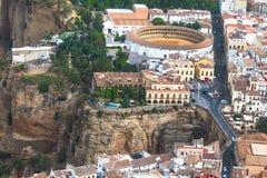 Vue scénique de pont Puente Nuevo, de canyon et d'arène, Ronda, Malaga, Andalousie, Espagne Vues aériennes Photographie stock libre de droits