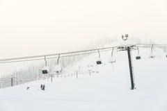 Vue scénique de remonte-pente avec au-dessus de la montagne dans la station de sports d'hiver Photographie stock