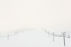 Vue scénique de remonte-pente avec au-dessus de la montagne dans la station de sports d'hiver Image stock