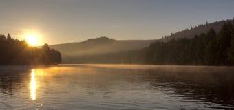 Aube sur la rivière images stock