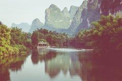 Vue scénique de rivière de Yulong parmi les bois et la montagne verts de karst Photos libres de droits